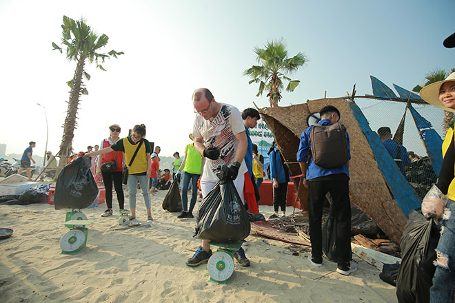 More than 300 volunteers participated in picking up trash on Bai Chay Beach - 5