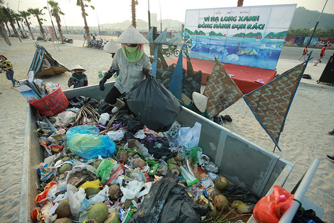 More than 300 volunteers participated in picking up rubbish on Bai Chay Beach - 6