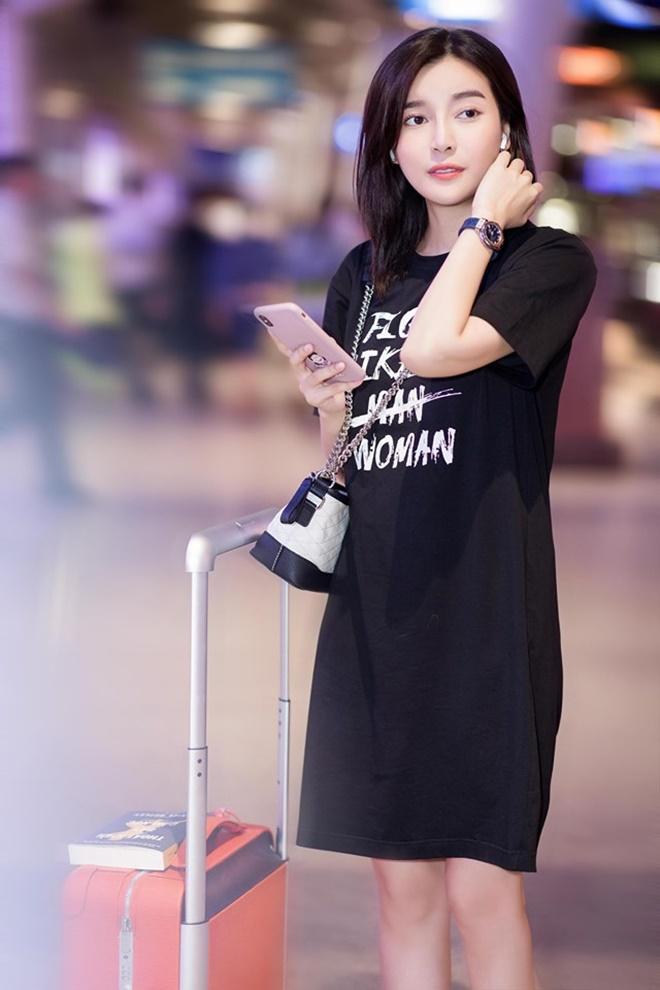 Diện style sân bay giản dị, Cao Thái Hà vẫn khiến bao người phải ngoái nhìn