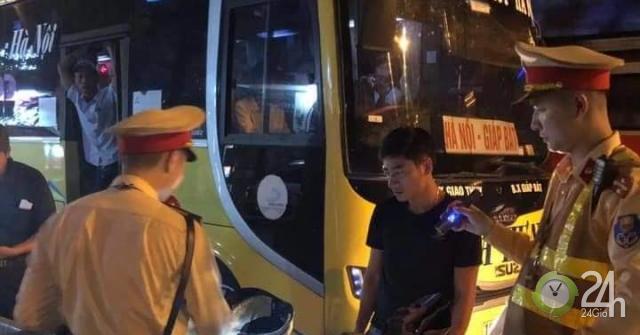 Từ phản ánh qua facebook, CSGT chặn bắt xe khách 29 chỗ nhồi 45 người - Tin tức 24h