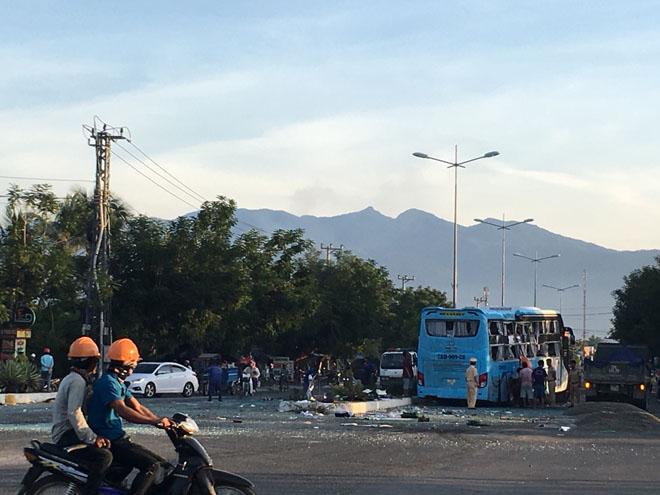 Hai xe khách tông nhau kinh hoàng trong đêm, 17 người thương vong - 1