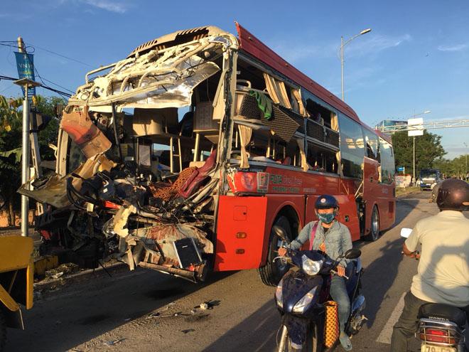 Hai xe khách tông nhau kinh hoàng trong đêm, 17 người thương vong - 2