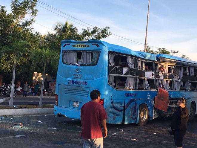 Hai xe khách tông nhau kinh hoàng trong đêm, 17 người thương vong - 3