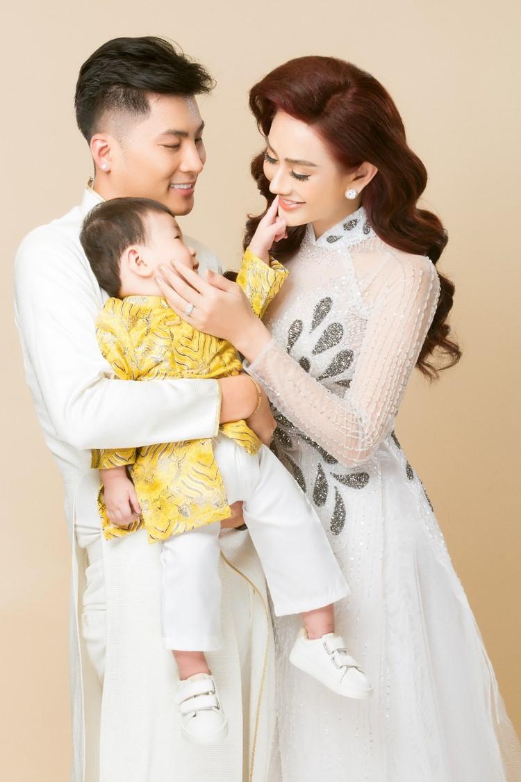 Vợ chồng Lâm Khánh Chi lần đầu chụp bộ ảnh cùng con trai nhờ người mang thai hộ - 2