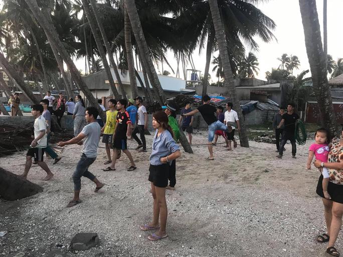 Thêm 6 du khách bị sóng lớn cuốn trôi khi tắm biển Phan Thiết - 2