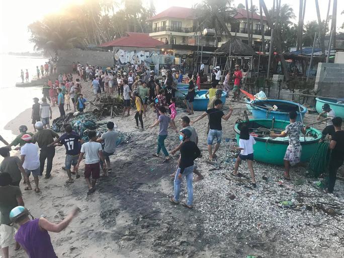 Thêm 6 du khách bị sóng lớn cuốn trôi khi tắm biển Phan Thiết - 1