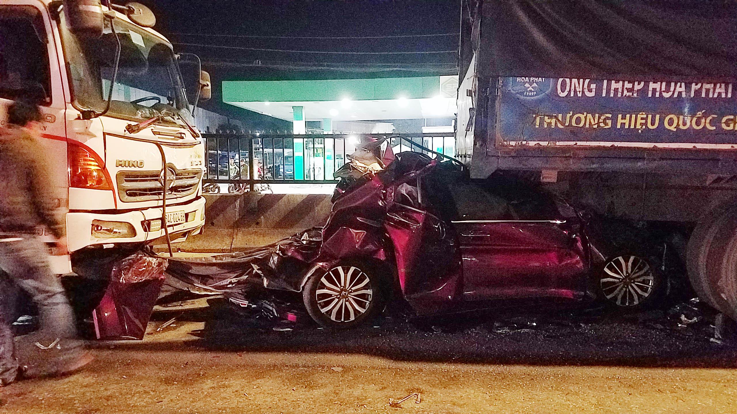 Ớn lạnh hiện trường TNGT ô tô con bị vò nát giữa hai xe tải - 3