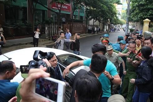 Xử Nguyễn Hữu Linh sáng nay: Bị cáo được che chắn kỹ để đưa thẳng vào trong