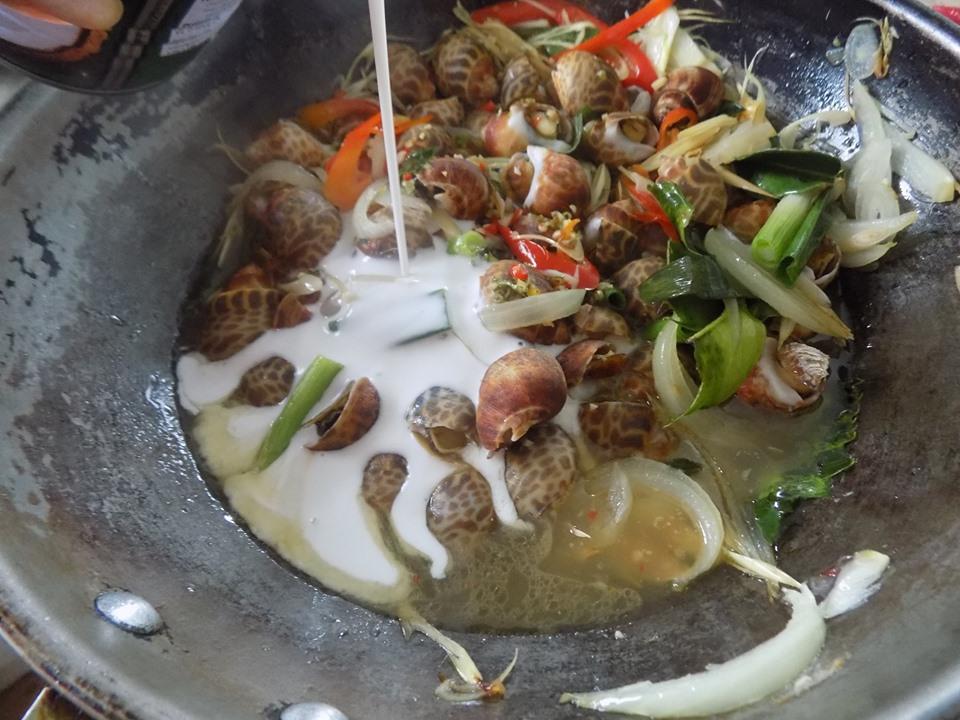 Tự tay làm món ốc hương xào nước cốt dừa cho chồng 'lai rai' tuyệt ngon - 5