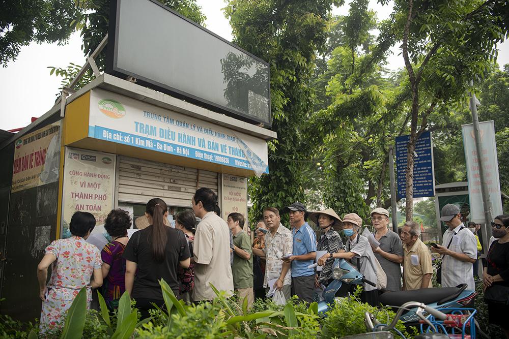"""Người dân Hà Nội """"rồng rắn"""" xếp hàng chờ đăng ký đi xe buýt - 2"""