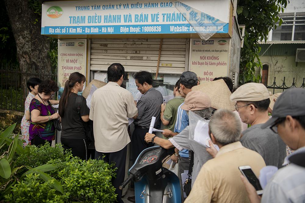 """Người dân Hà Nội """"rồng rắn"""" xếp hàng chờ đăng ký đi xe buýt - 4"""
