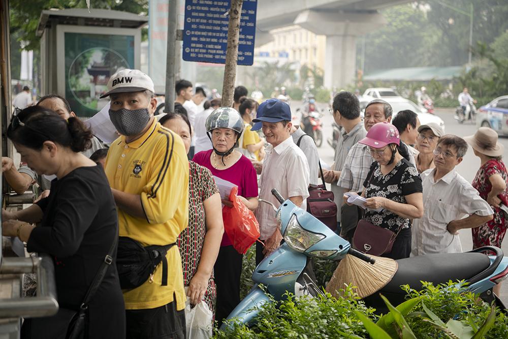 """Người dân Hà Nội """"rồng rắn"""" xếp hàng chờ đăng ký đi xe buýt - 7"""