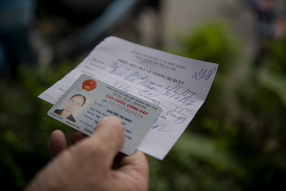 """Người dân Hà Nội """"rồng rắn"""" xếp hàng chờ đăng ký đi xe buýt - 9"""