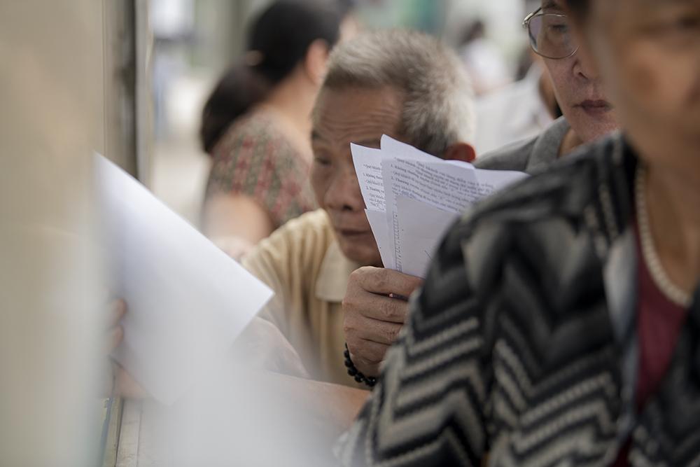 """Người dân Hà Nội """"rồng rắn"""" xếp hàng chờ đăng ký đi xe buýt - 11"""