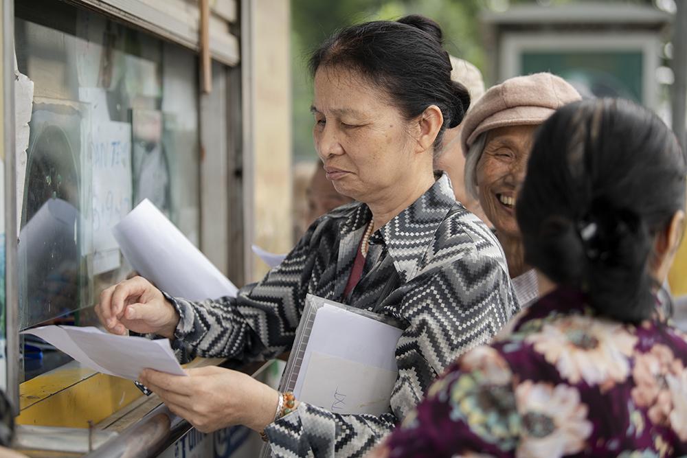 """Người dân Hà Nội """"rồng rắn"""" xếp hàng chờ đăng ký đi xe buýt - 10"""