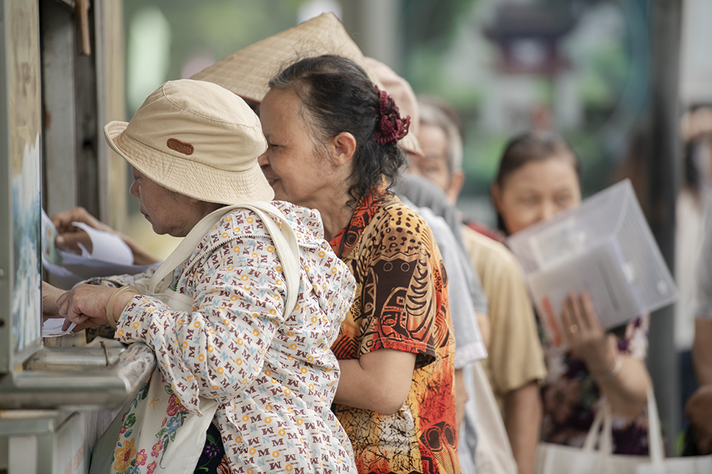 """Người dân Hà Nội """"rồng rắn"""" xếp hàng chờ đăng ký đi xe buýt - 12"""