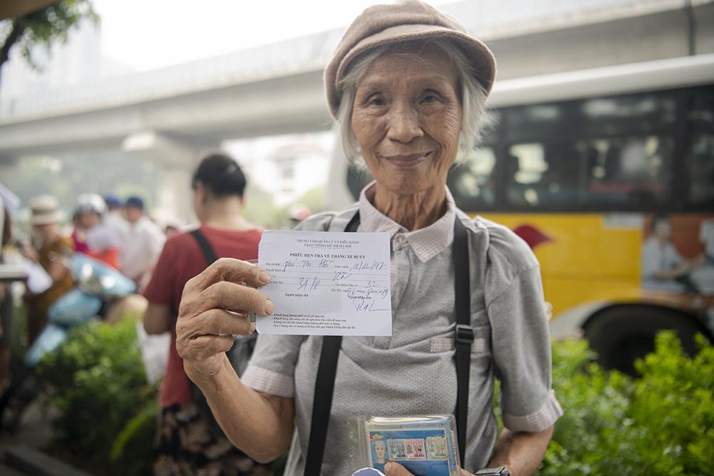 """Người dân Hà Nội """"rồng rắn"""" xếp hàng chờ đăng ký đi xe buýt - 13"""