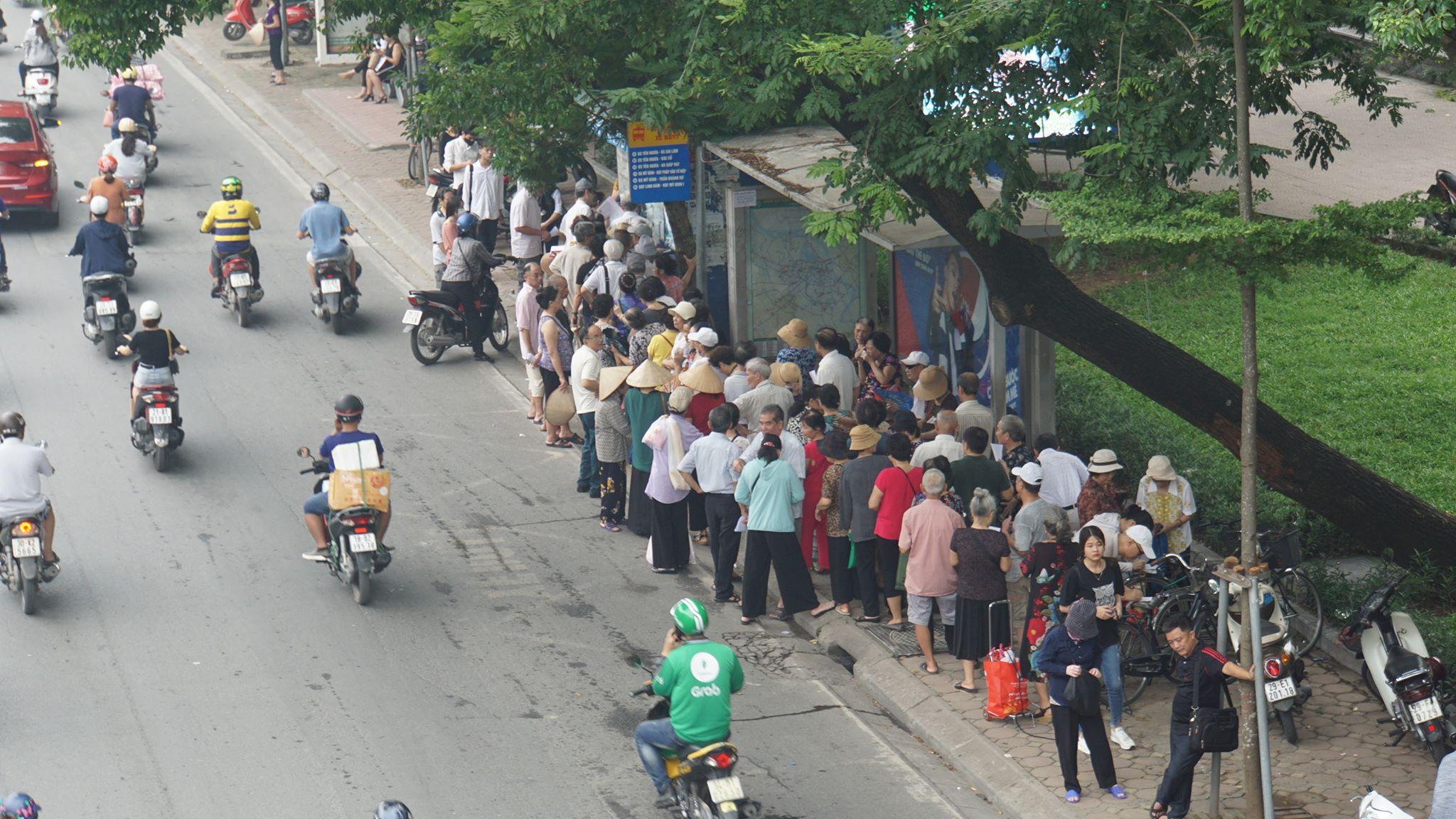 """Người dân Hà Nội """"rồng rắn"""" xếp hàng chờ đăng ký đi xe buýt - 1"""