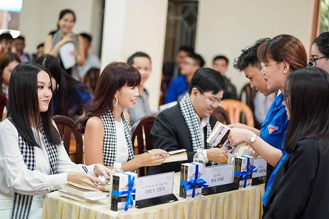 Siêu mẫu Hà Anh, người đẹp Thủy Tiên tặng sách sinh viên TP.HCM - 4