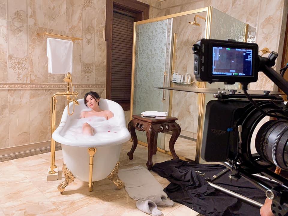 Thực hư Cao Thái Hà lộ ảnh hớ hênh trong bồn tắm - 1