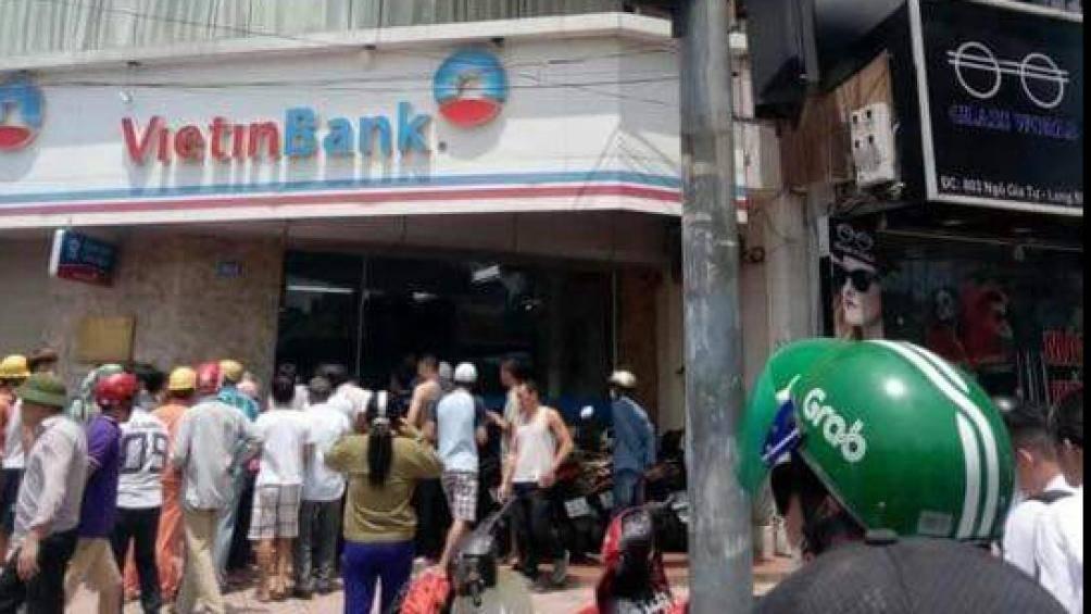 Xác định danh tính kẻ dùng súng giả cướp ngân hàng ở Long Biên - 1