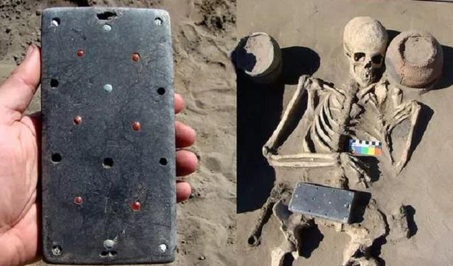 Tìm thấy vật thể bí ẩn giống iPhone trong ngôi mộ 2.100 năm tuổi tại Nga - 1