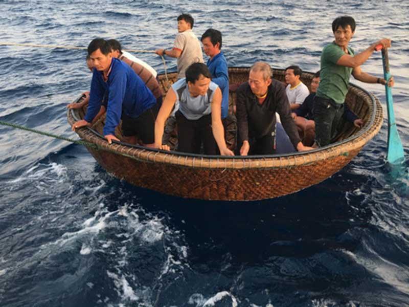 41 ngư dân sống sót sau 31 giờ trên biển - 1