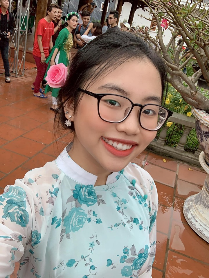 Phương Mỹ Chi diện áo dài, hát tại nhà thờ Tổ nghề trăm tỷ của Hoài Linh - 3