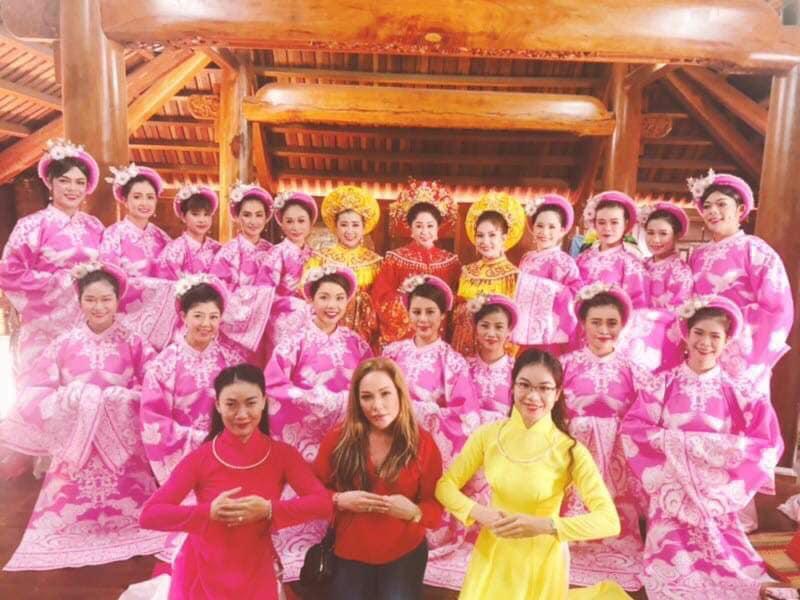 Phương Mỹ Chi diện áo dài, hát tại nhà thờ Tổ nghề trăm tỷ của Hoài Linh - 4