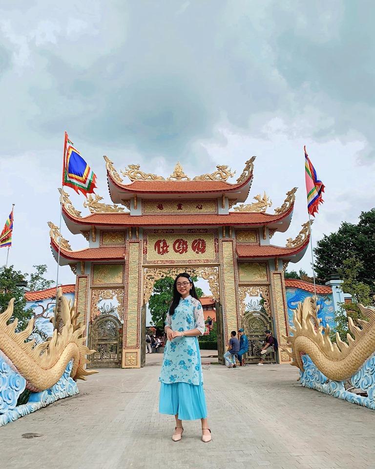 Phương Mỹ Chi diện áo dài, hát tại nhà thờ Tổ nghề trăm tỷ của Hoài Linh - 1