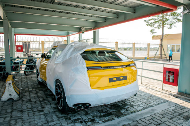 Siêu SUV Lamborghini Urus thứ 3 chính hãng có mặt Việt Nam - 1