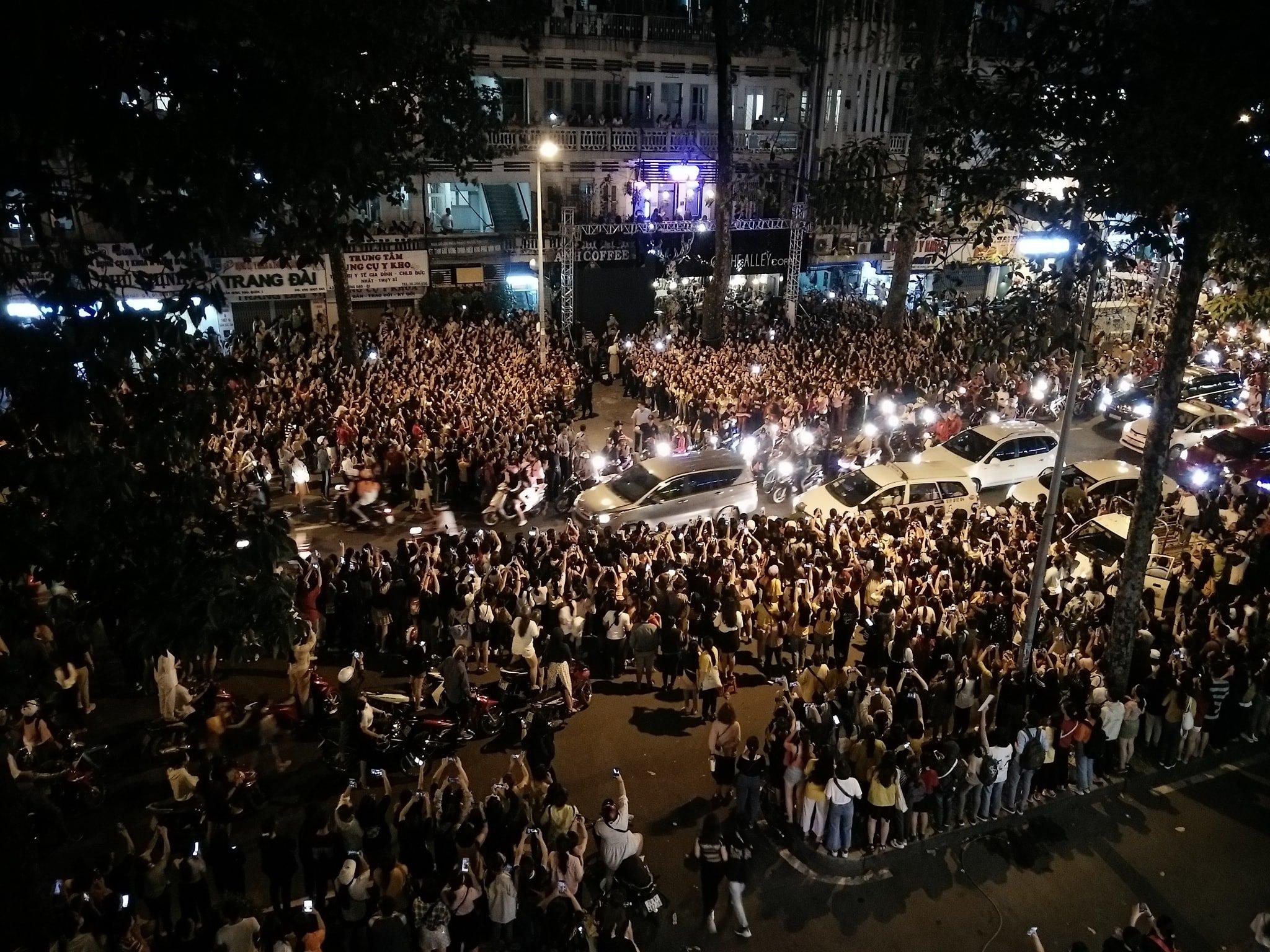 Kẹt xe, hỗn loạn vì Ji Chang Wook, cảnh sát dùng chích điện giải tán đám đông - 6