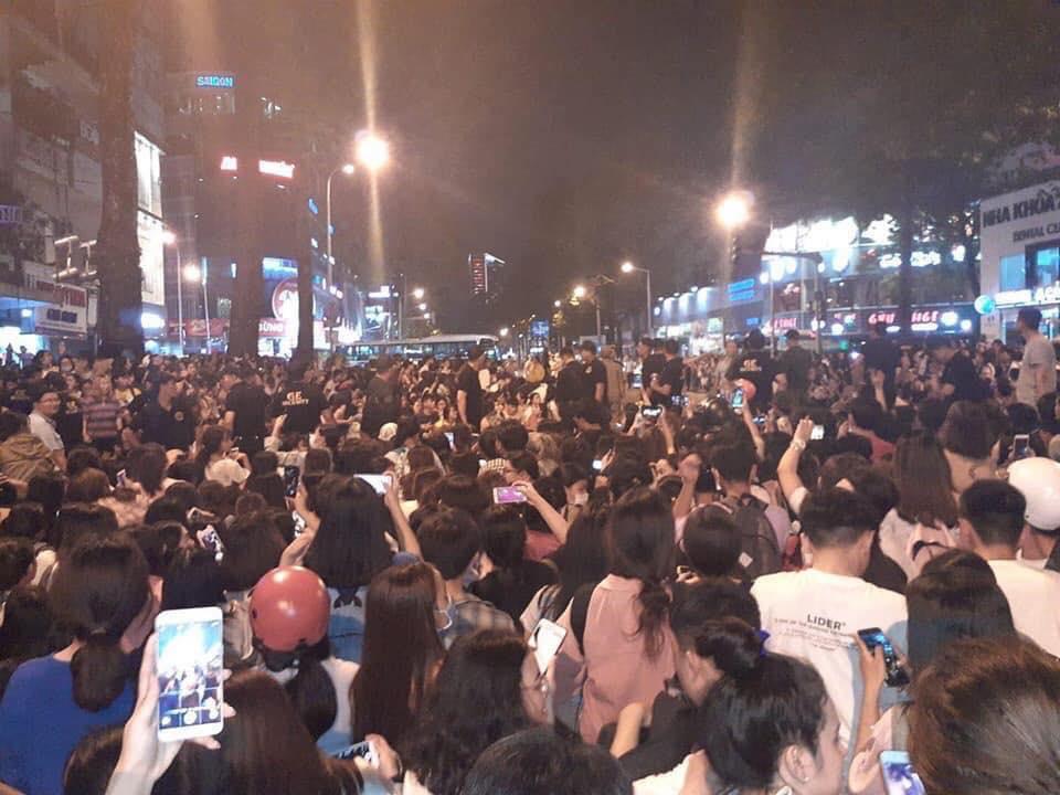 Kẹt xe, hỗn loạn vì Ji Chang Wook, cảnh sát dùng chích điện giải tán đám đông - 4