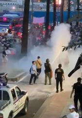 Kẹt xe, hỗn loạn vì Ji Chang Wook, cảnh sát dùng chích điện giải tán đám đông - 7