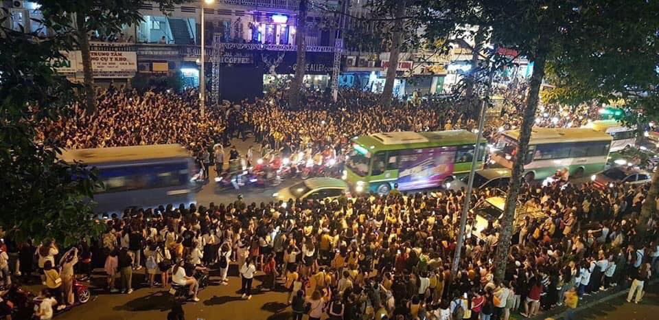 Kẹt xe, hỗn loạn vì Ji Chang Wook, cảnh sát dùng chích điện giải tán đám đông - 3
