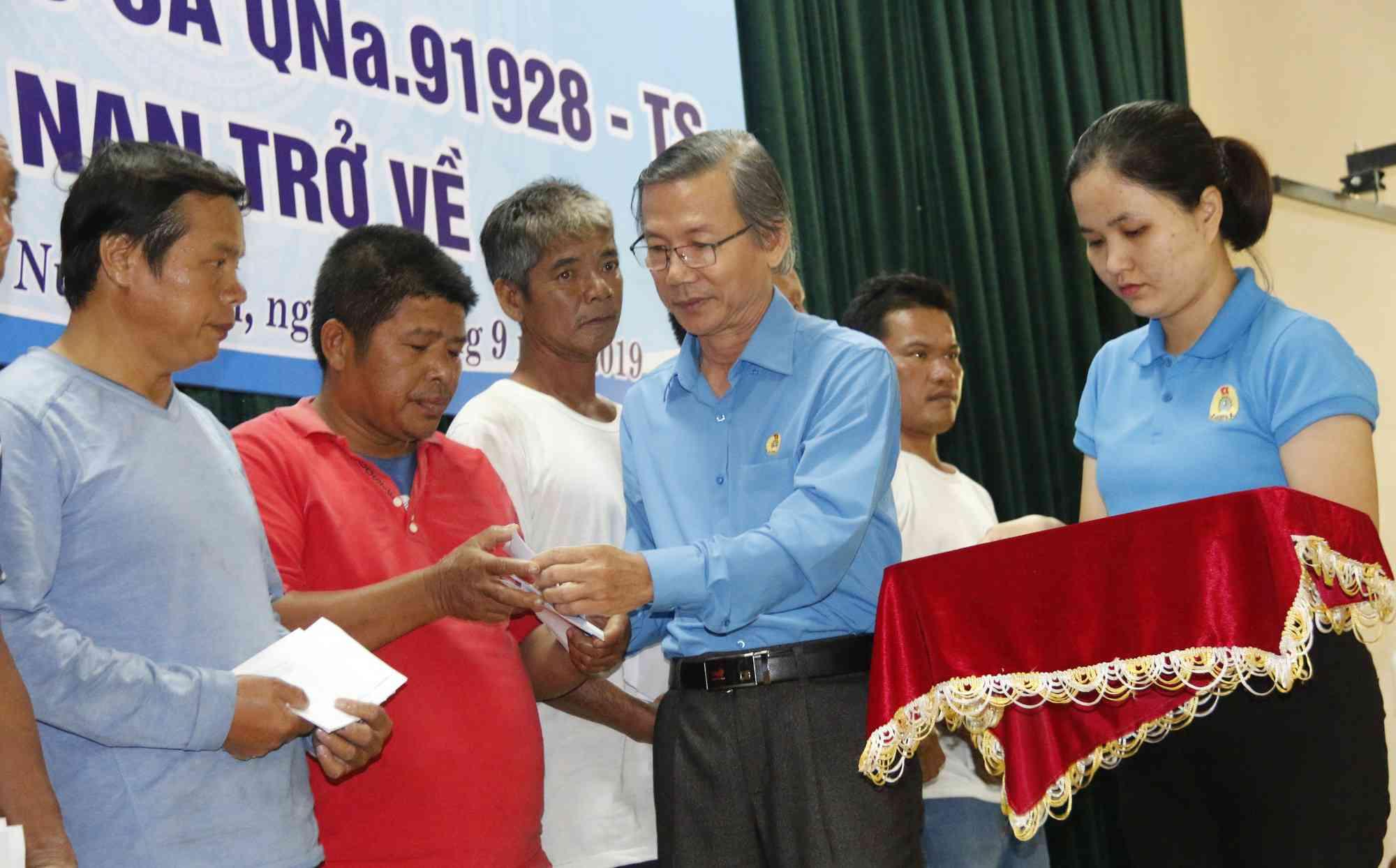 Ly kỳ chuyện cá heo chỉ đường cứu 41 ngư dân Quảng Nam thoát chết - 4