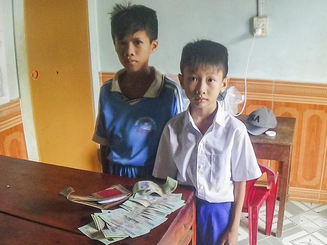 Hành động đẹp của hai học sinh nhặt được 16 triệu đồng