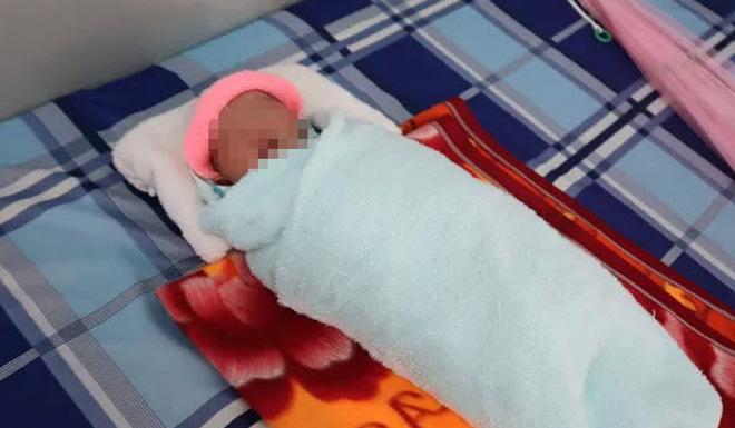 Phát hiện bé sơ sinh trong bọc ni lông bên đường - 1