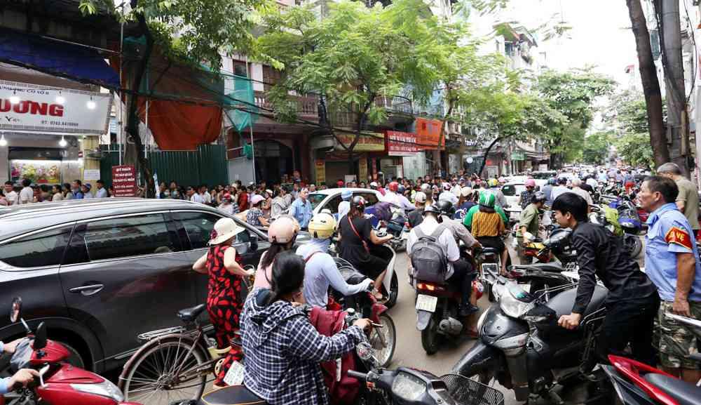 Hà Nội: Chen nhau xếp hàng mua bánh Trung thu khiến phố Thụy Khuê ùn tắc nghiêm trọng - 1