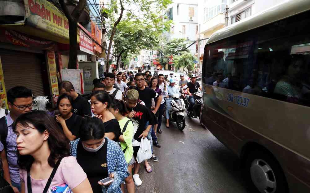 Hà Nội: Chen nhau xếp hàng mua bánh Trung thu khiến phố Thụy Khuê ùn tắc nghiêm trọng - 2