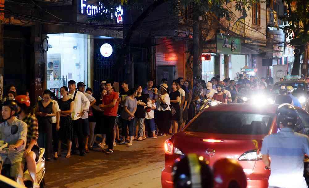 Hà Nội: Chen nhau xếp hàng mua bánh Trung thu khiến phố Thụy Khuê ùn tắc nghiêm trọng - 4
