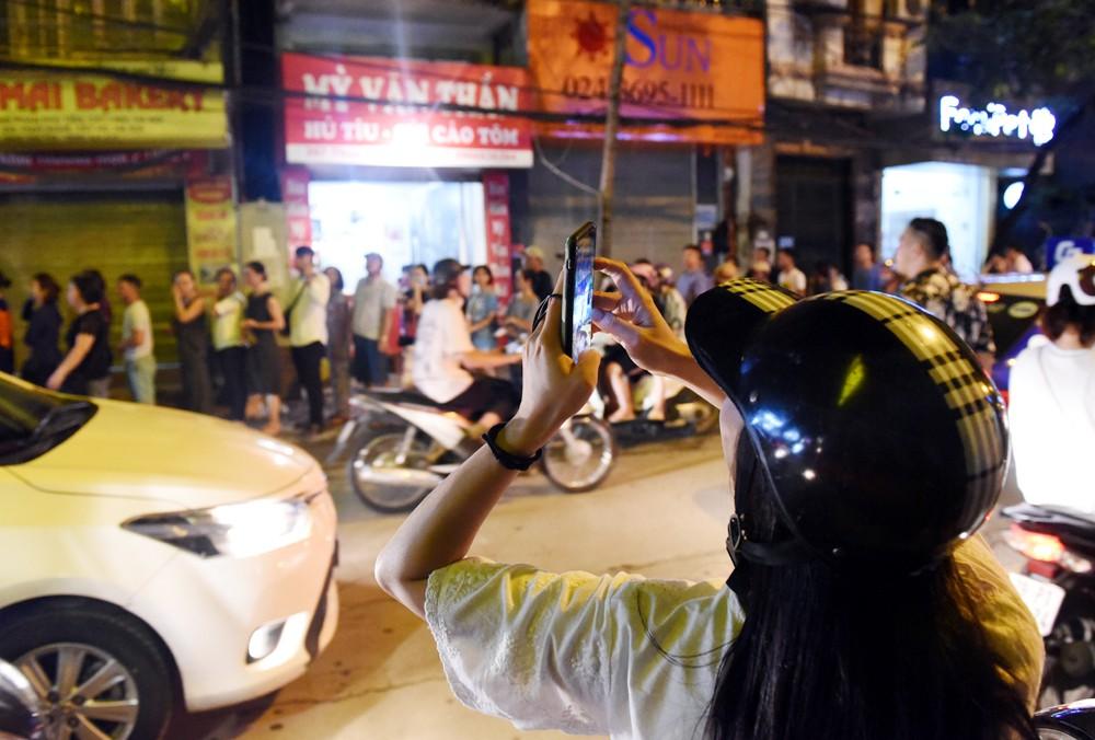 Hà Nội: Chen nhau xếp hàng mua bánh Trung thu khiến phố Thụy Khuê ùn tắc nghiêm trọng - 6