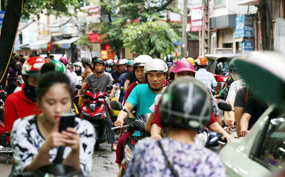 Hà Nội: Chen nhau xếp hàng mua bánh Trung thu khiến phố Thụy Khuê ùn tắc nghiêm trọng - 3