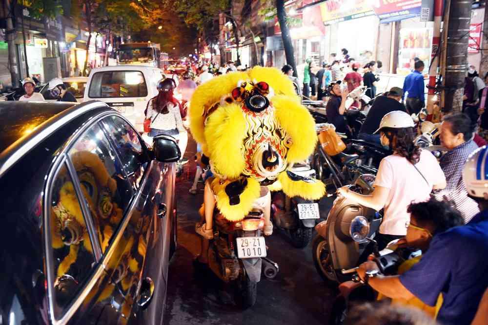 Hà Nội: Chen nhau xếp hàng mua bánh Trung thu khiến phố Thụy Khuê ùn tắc nghiêm trọng - 7
