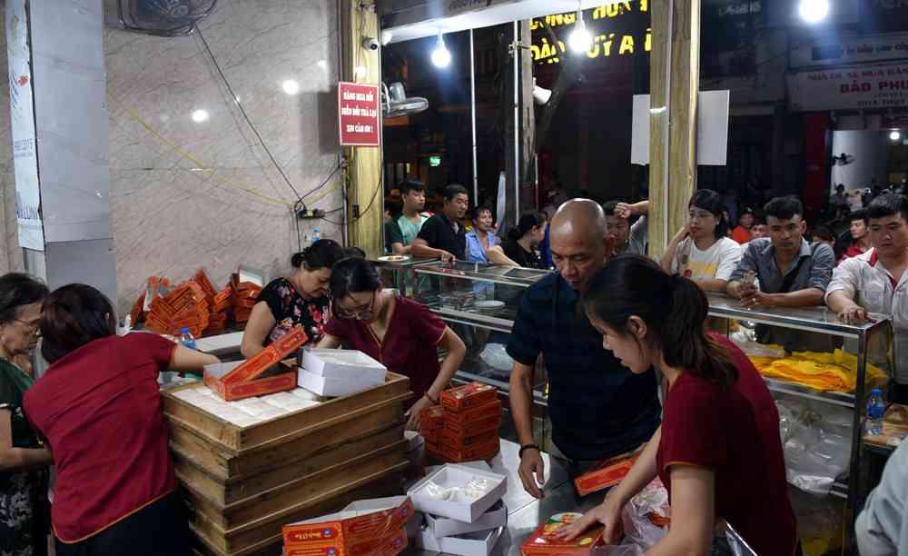 Hà Nội: Chen nhau xếp hàng mua bánh Trung thu khiến phố Thụy Khuê ùn tắc nghiêm trọng - 11