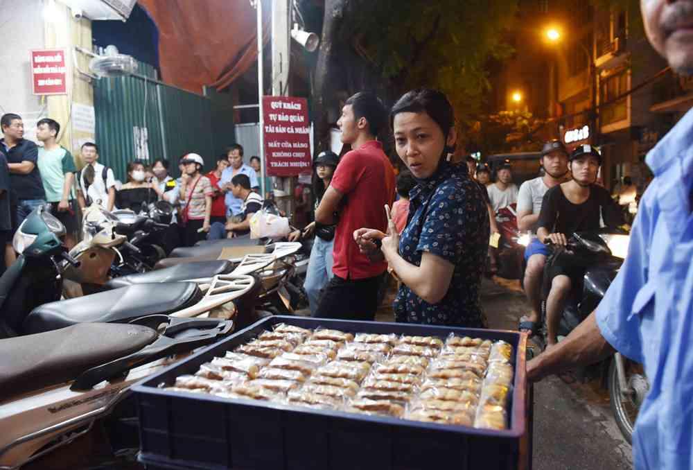 Hà Nội: Chen nhau xếp hàng mua bánh Trung thu khiến phố Thụy Khuê ùn tắc nghiêm trọng - 12