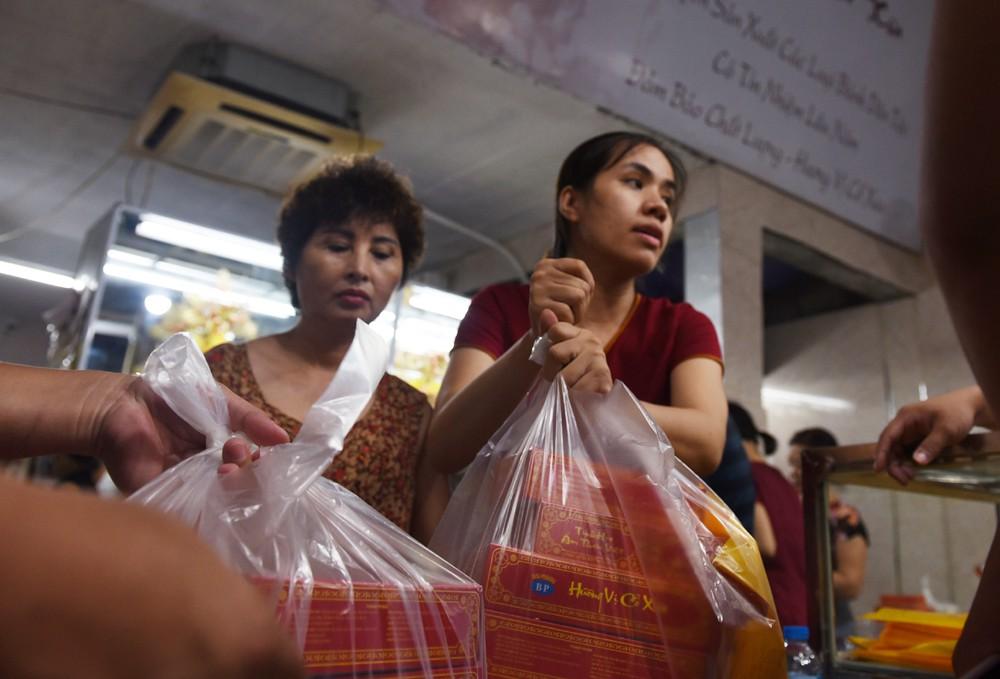 Hà Nội: Chen nhau xếp hàng mua bánh Trung thu khiến phố Thụy Khuê ùn tắc nghiêm trọng - 10