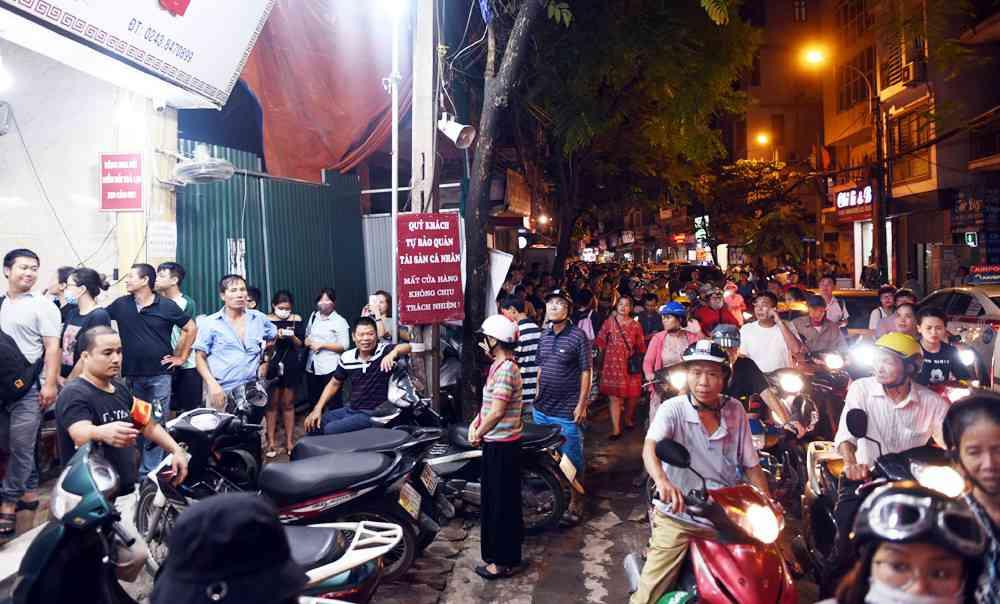 Hà Nội: Chen nhau xếp hàng mua bánh Trung thu khiến phố Thụy Khuê ùn tắc nghiêm trọng - 8