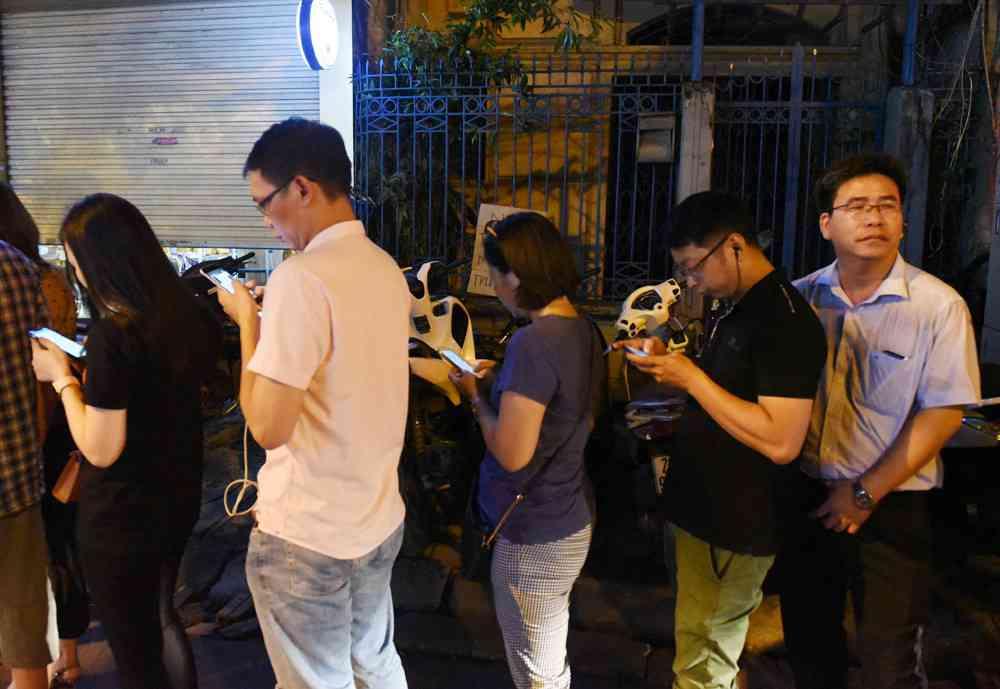 Hà Nội: Chen nhau xếp hàng mua bánh Trung thu khiến phố Thụy Khuê ùn tắc nghiêm trọng - 13