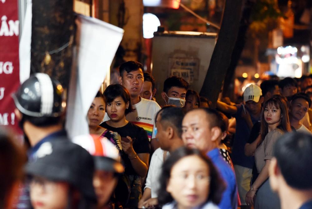 Hà Nội: Chen nhau xếp hàng mua bánh Trung thu khiến phố Thụy Khuê ùn tắc nghiêm trọng - 14